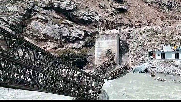 Sosyal medyada paylaşılan görüntülerde, dağdan düşen kayaların araçlara çarptığı ve bir köprüyü de yıktığı görülüyor.