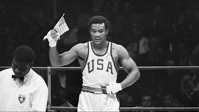 """1968: George Foreman'ın Black Power selamı yerine ABD bayrağı sallamasının ardından """"ırk haini"""" ilan edildi."""