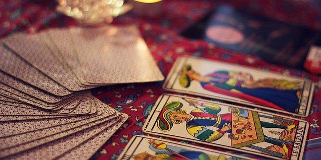 """Ortaçağın sonlarına doğru ortaya çıktığı bilinen tarot falı 78 karttan oluşan bir oyun destesi. Tarot kelimesi İtalyanca'daki """"Tarocco"""" kelimesinden geldiğini düşünenler ve İtalya'daki """"Taro"""" nehrine ve Tevrat'a dayandığını söyleyenler de bulunuyor."""
