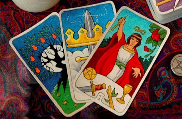Tarot falının bilinen en eski örneği, Türkiye'de bulunan ve Memlüklüler döneminde kalmış olan 15. yüzyıla ait oyun kartlarıdır. 18. yy itibariyle kartlara mistik yönelimlerle ilk defa İtalya'da doğmuş ve oradan Avrupa'ya yayılmış.