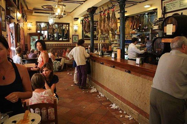 """3. """"İspanyol barlarında zeminler çok yapışkan oluyor ve insanlar bunun bir popülerlik belirtisi olduğunu düşündüğü için temizlemiyorlar."""""""