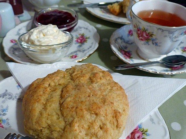 """12. """"Birleşik Krallık'ta atıştırmalık olarak sadece çay ve çörek yemiyoruz. Ayrıca Kraliçe Elizabeth'e tapmıyoruz ve artık Victoria döneminde de yaşamıyoruz..."""""""