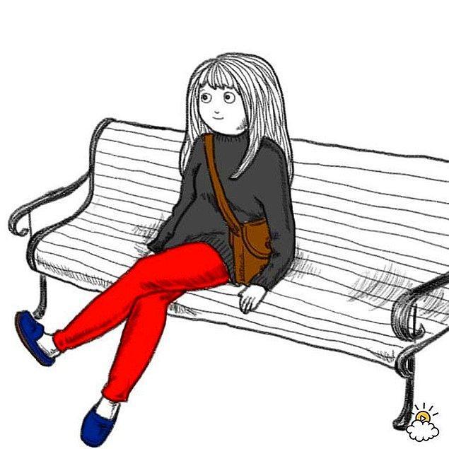7. Bir bankın, kanepenin ortasında oturmak