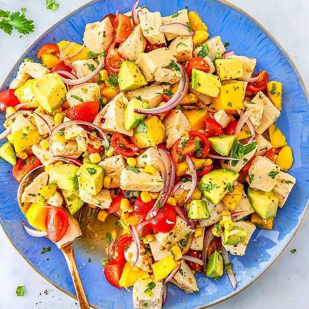 10. Avokadolu Tavuk Salatası Tarifi: