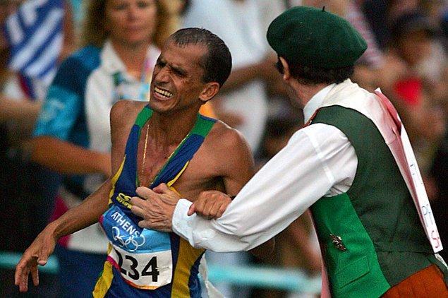 2004: Brezilyalı koşucu Vanderlei de Lima saldırıya uğradı.