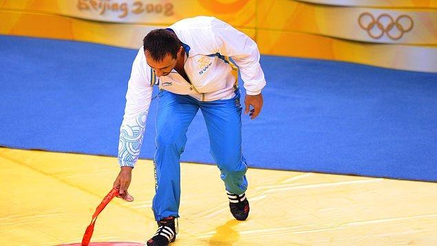 2008: İsveçli güreşçi Ara Abrahamian madalyasını yere attı.