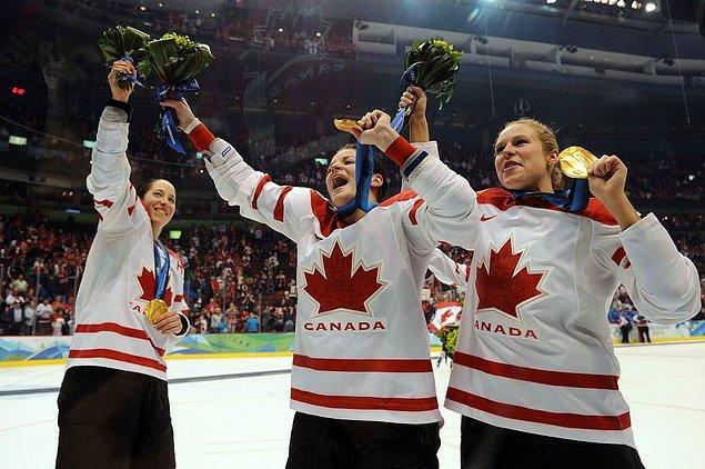 2010: Kanada kadınlar hokey takımı buzda parti yaptı.