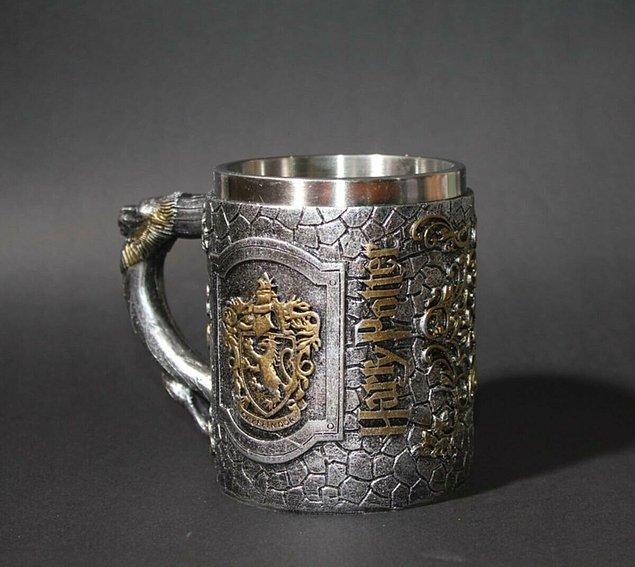 7. Bu kupa, Gryffindor ve Harry Potter kabartmalarıyla çok şık ve kaliteli görünüyor.