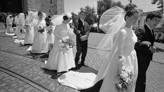 Hem en güzel elbiselerin kullanılması hem de beyaz rengin temizlenmesinin zor olması nedeniyle kadınlar beyazdan özellikle uzak duruyordu.