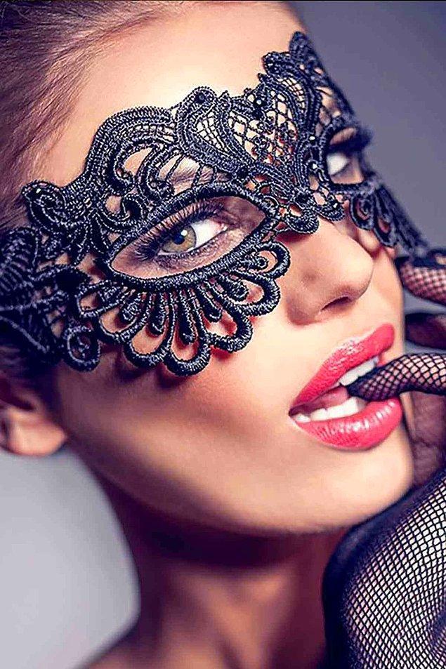 12. Çarpıcı bakışlarla güzel bir gece geçirmek isteyenler bu maskeyi hemen almalı!