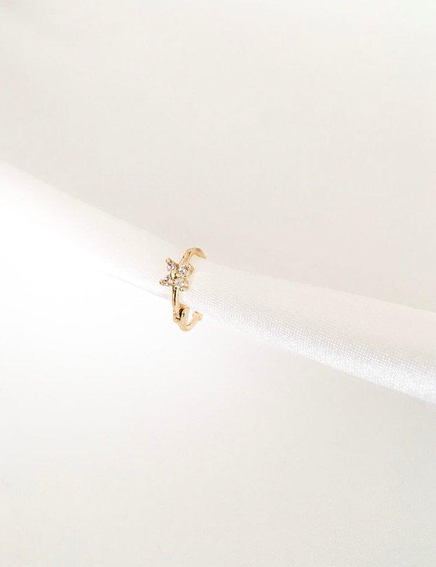 4. Özel davetlere yakışacak kullanışlı bir piercing helix modeli arayanları şöyle alalım. ✨