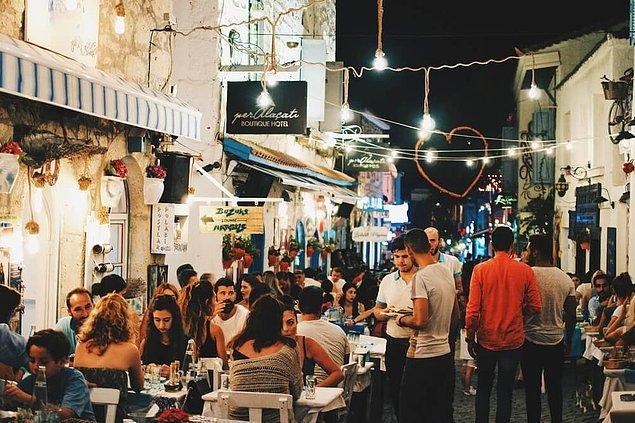 Türkiye'nin en gözde tatil beldelerinden Alaçatı'da bu sene yabancı turist gözle görülür derecede az, hatta neredeyse hiç yok. Elbette bunun en büyük sebebi pandemi ve Marmara tarafında müsilaj sebebiyle denize giremeyen yerli turistin Ege'ye doğru olan tatil göçü.