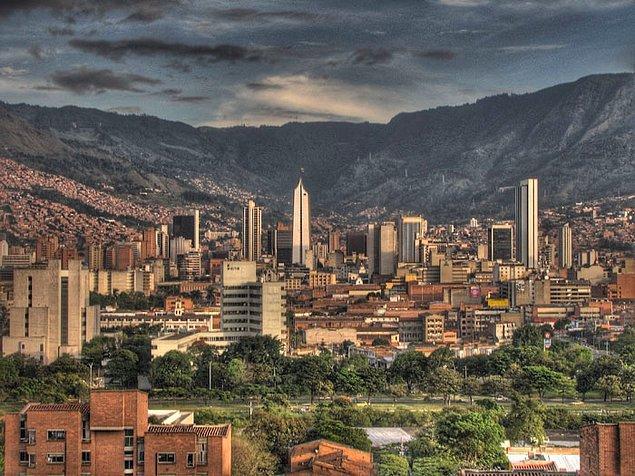 3. Dünyanın en tehlikeli şehirlerinden biri olan Medellin'in belediye başkanı, şehri canlandırmak ve modernleştirmek için mimar Alejandro Echeverri'den yardım istedi. İnsanları ve altyapıyı bu mahallelere getirmek için önce en yoksul bölgelerde inşaat yapmaya odaklandı. Sonunda ise suç oranı önemli ölçüde azaldı.