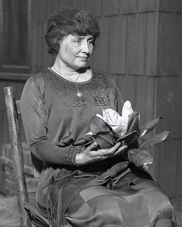 6. Helen Keller, 1900'de Harvard'a kabul edildi. Mark Twain, onu eğitimi için para ödeyen Standard Oil patronu Henry Rogers ile tanıştırdı ve 1904'te lisans derecesi alan ilk duyma ve görme engelli kişi oldu.