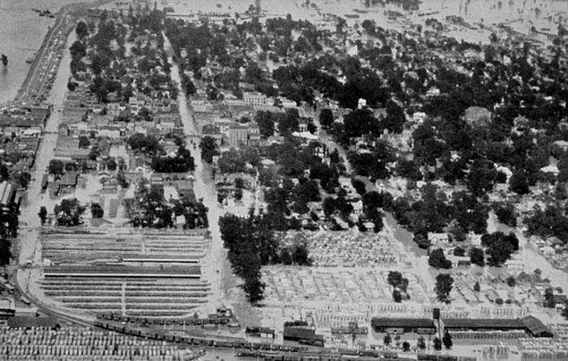 25. 1927'de, Mississippi Nehri Vadisi tarihindeki en kötü sel sırasında, Herbert Hoover ve Kızılhaç, bir su sisteminde silah zoruyla çalışmaya zorlanan Afrikalı Amerikalılardan oluşan 'toplama kampları' kurdular ve bunu örtbas etmek için bir medya kampanyası başlattılar.
