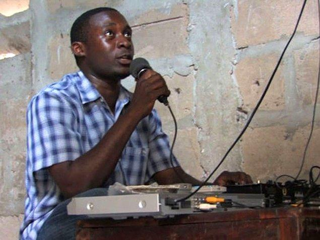 26. Doğu Afrika'da filmler için çeviri olanağı ve komedi amaçlı olması için filmler genellikle canlı anlatım sunan bir 'video joker' ile izlenir.