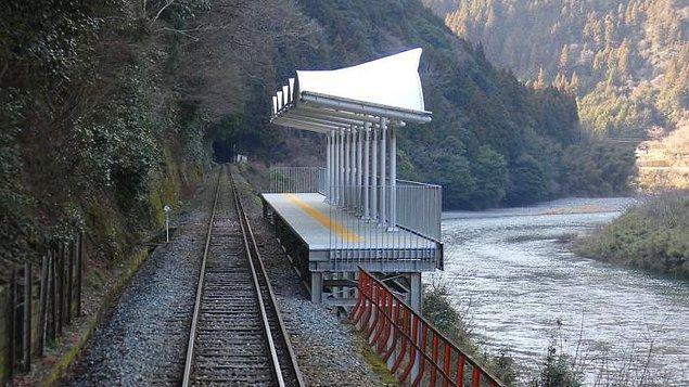 27. Japonya'daki Seiryu Miharashi istasyonu, girişi veya çıkışı, onu birbirine bağlayacak hiçbir yolu veya yolu olmayan bir tren istasyonudur. Yalnızca tren yolcularının dışarı çıkıp vadiye hayran olmaları için yapılan bir platformdur.