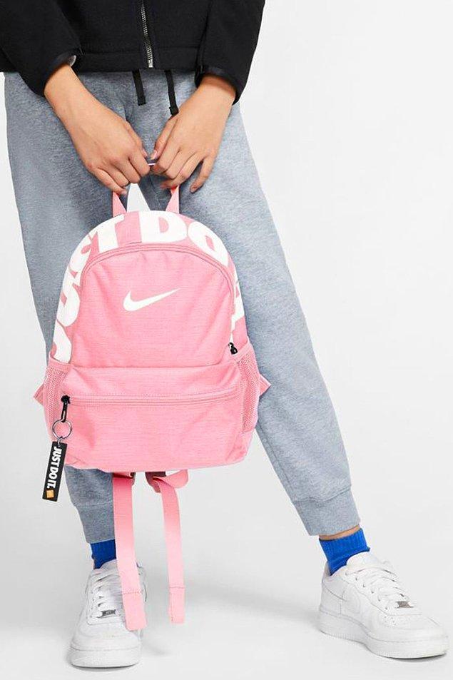 1. Nike kadın sırt çanta modelleri günlük kombinlerinizin kurtarıcısı olacak!