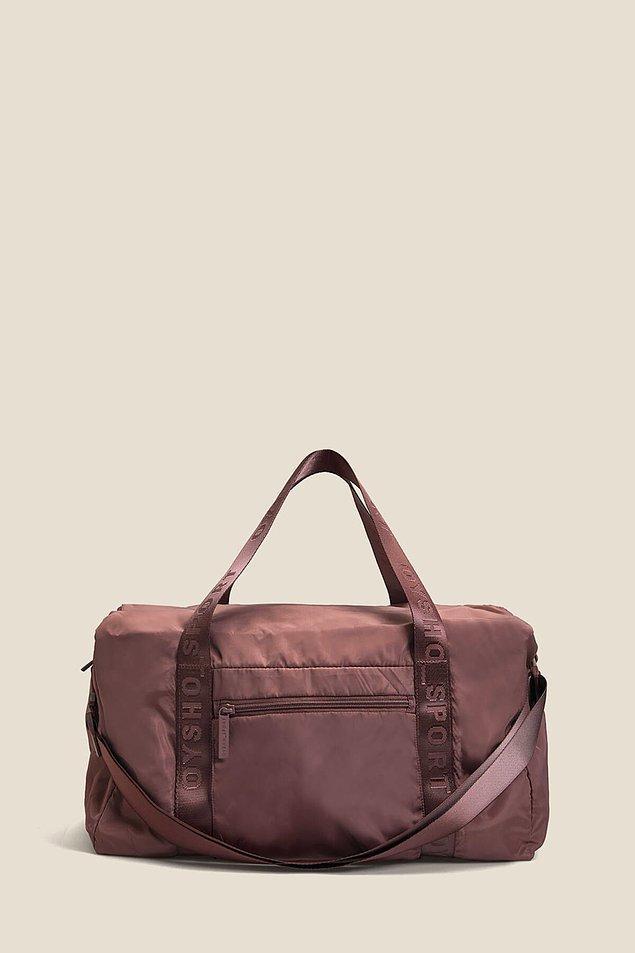 2. Oysho spor çantası ile spora giderken tüm eşyalarınızı rahatlıkla yanınızda taşıyabilirsiniz.