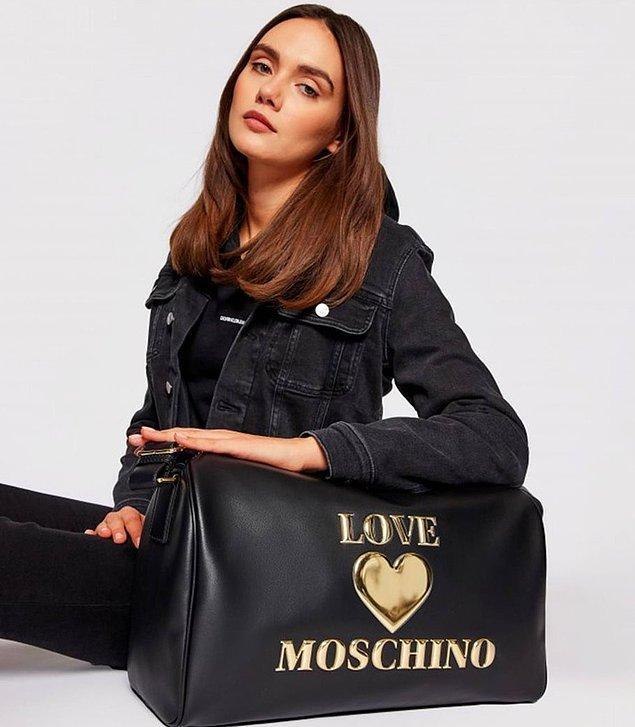 """7. """"Benim çantam hem spor çantam hem de el valizim olsun"""" diyenler için Moschino markasına ait spor çantasını şiddetle öneririz."""