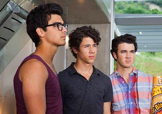"""1. Nick, Kevin ve Joe Jonas, """"JONAS"""" dizisinde kendileri olarak rol almaktan oldukça pişman."""