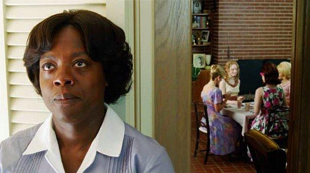 """4. Viola Davis """"The Help"""" filmindeki Aibileen karakterini oynadığı için dizlerini dövüyor gibi görünüyor."""