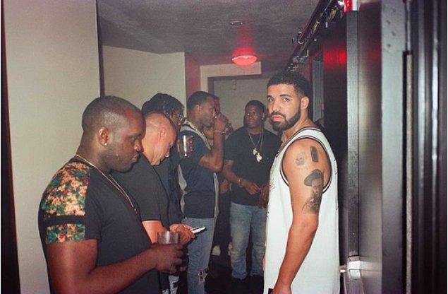 6. Ünlü Rapçi Drake ise sol üst koluna akıl hocası olarak gördüğü Lil Wayne'in dövmesini yaptırmış.