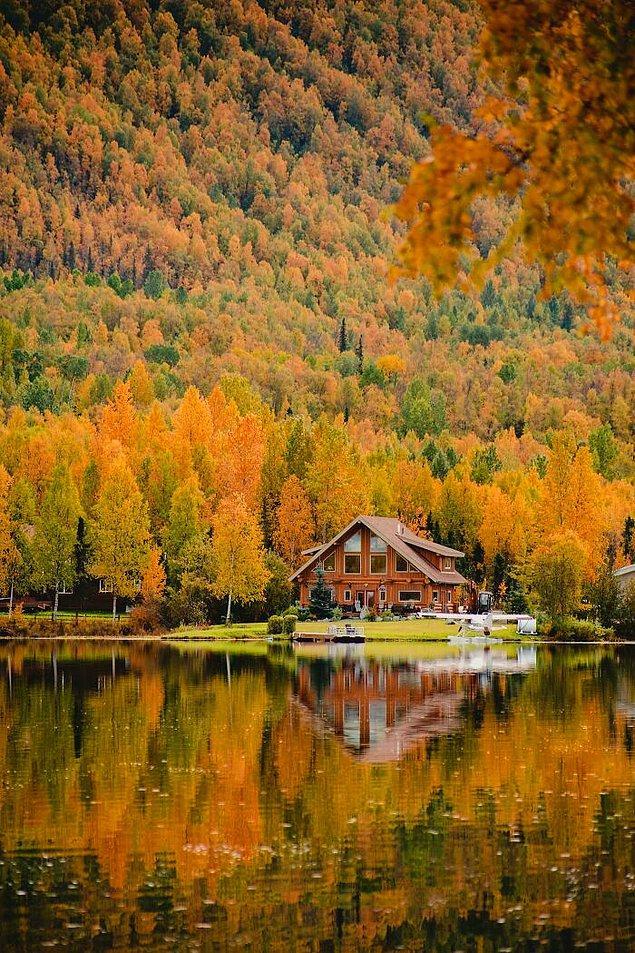 16. Alaska'daki kabin ve Mirror gölü üzerine düşen yansıması.