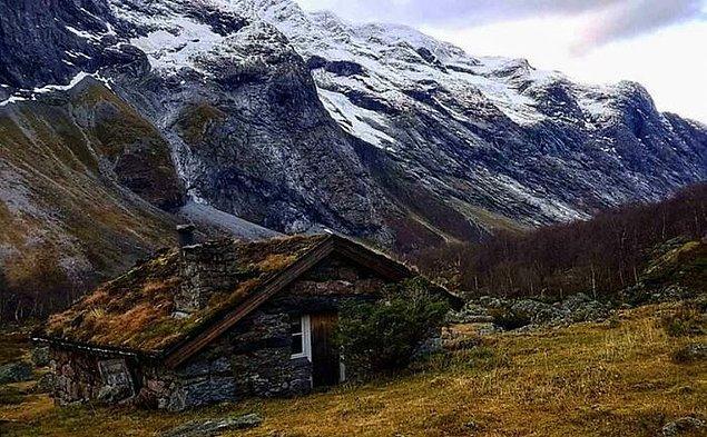 18. Norveç'te 1800'lerden kalmış ve restore edilmiş taş kulübe.