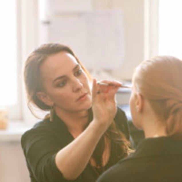 Kim Kardashian'dan sonra gelin bu işi profesyonel olarak yapan makyaj sanatçısı Fawn Monique Dellavalle'in deneyimlerine bir göz atalım...