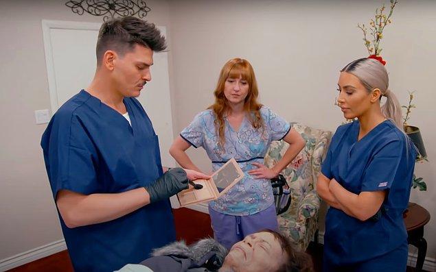 Kim, 'Keeping Up With The Kardashians' programının bir bölümünde makyaj artisti ve arkadaşı olan Mario Dedivanovic'le bir seansa bile katıldı.