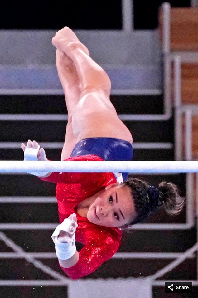 2. 27 Temmuz 2021'de Sunisa Lee (ABD), Ariake Jimnastik Merkezi'ndeki Tokyo 2020 Olimpiyat Oyunları'nda asimetrik paralelde yarışıyor.