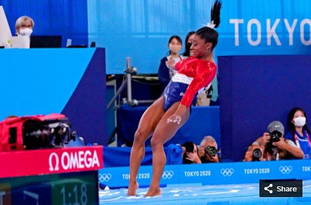 3. 27 Temmuz 2021'de Simone Biles (ABD), Ariake Jimnastik Merkezi'ndeki Tokyo 2020 Olimpiyat Oyunları sırasında atlama masasında yarışıyor.