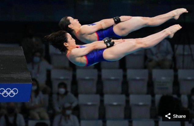 7. 27 Temmuz 2021'de Tokyo Su Sporları Merkezi'ndeki Tokyo 2020 Olimpiyat Oyunları sırasında kadınlar 10 metre platform senkronize dalış yarışmasında Matsuri Arai ve Minami Itahashi (JPN)