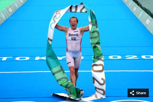 9. Kristian Blummenfelt (NOR), Odaiba Deniz Parkı'ndaki Tokyo 2020 Olimpiyat Oyunları'ndaki erkekler triatlonu kazanmasını kutluyor.