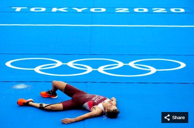 10. 26 Temmuz 2021'de Bruce Bicsak (HUN), Odaiba Deniz Parkı'ndaki Tokyo 2020 Olimpiyatları sırasında erkekler triatlonunun bitiş çizgisinde.