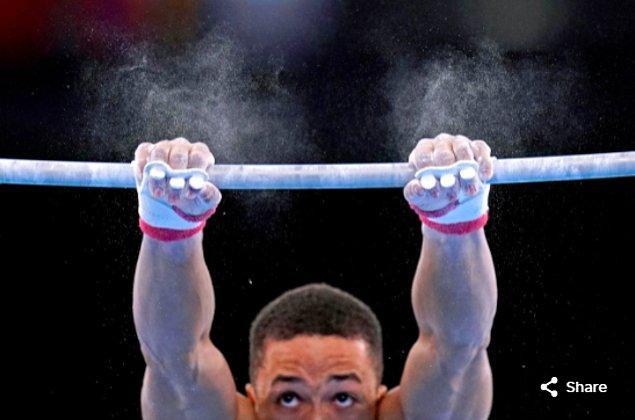 12. 26 Temmuz 2021'de Joe Fraser (GBR), Ariake Jimnastik Merkezi'ndeki Tokyo 2020 Olimpiyatları sırasında erkek barfiks takımı finalinde yarışıyor.
