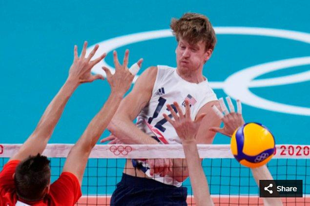 14. 26 Temmuz 2021'de ABD'li oyuncu Maxwell Holt, Ariake Arena'daki Tokyo 2020 Olimpiyat Oyunları sırasında erkekler voleybol ön eleme maçında.