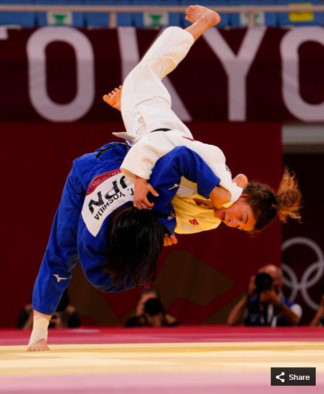 19. 26 Temmuz 2021'de Tsukasa Yoshida (JPN), Nippon Budokan'da düzenlenen Tokyo 2020 Olimpiyat Oyunları sırasında kadınlar 57 kg judo yarışmasında Eteri Liparteliani'yi (GEO) mağlup etti.
