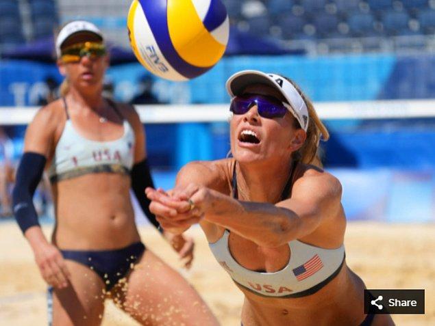24. 25 Temmuz 2021'de Alix Klineman (ABD), Shiokaze Park'taki Tokyo 2020 Olimpiyat Oyunları sırasında plaj voleybolu ön eleme maçında.