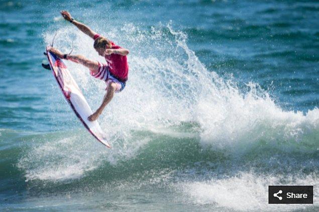 27. 25 Temmuz 2021'de Kolohe Andino (ABD), Tsurigasaki Sörf Plajı'ndaki Tokyo 2020 Olimpiyat Oyunları sırasında erkekler 1. tur sörf yarışmasında.