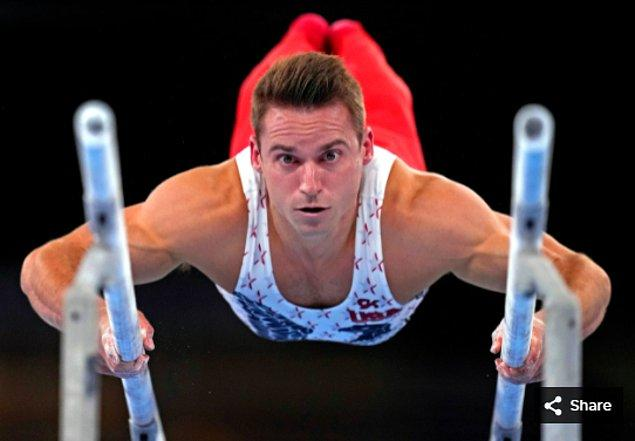 30. 24 Temmuz 2021'de Samuel Mikulak (ABD), Ariake Jimnastik Merkezi'ndeki Tokyo 2020 Olimpiyatları sırasında Erkek Jimnastik Elemeleri'nde paralel barlarda yarışıyor.
