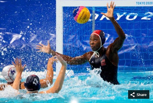 33. 24 Temmuz 2021'de Ashleigh Johnson (ABD), Tatsumi Su Topu Merkezinde Tokyo 2020 Olimpiyat Oyunları sırasında kadınlar sutopu ön maçının dördüncü çeyreğinde.
