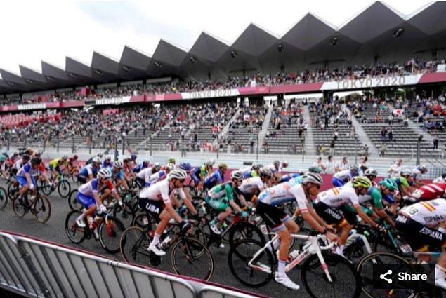 37. 24 Temmuz 2021'de Fuji Speedway'deki Tokyo 2020 Olimpiyat Oyunları'nda Erkekler bireysel yol yarışı sırasında bisikletçiler yarışıyor.