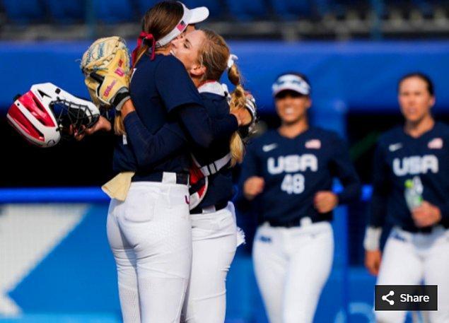 44. 27 Temmuz 2021'de ABD'li atıcı Monica Abbott ve ABD'li yakalayıcı Aubree Munro, Yokohama Beyzbol  Stadyumu'nda düzenlenen Tokyo 2020 Olimpiyat Oyunları sırasında ABD Softbol Takımı Meksika'yı yendikten sonra kucaklaşıyorlar.
