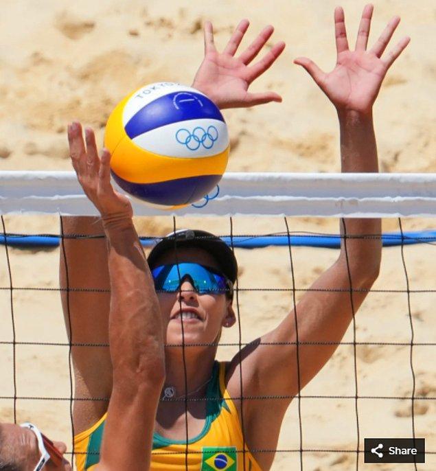 46. 27 Temmuz 2021'de Ana Gallay (ARG), Shiokaze Park'taki Tokyo 2020 Olimpiyat Oyunları'nda bir plaj voleybolu maçı sırasında Eduarda Santos Lisboa ile maç yapıyor.