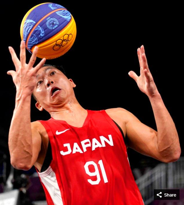 47. 27 Temmuz 2021'de Tomoya Ochiai, Japonya'daki Aomi Urban Sports Park'taki Tokyo 2020 Olimpiyatları'nda 3x3 basketbol maçında Belçikalı oyuncu Nick Celis'e karşı bir ribaund aldı. Karşılaşmada Japon ekibi Belçika'yı 18-16 mağlup etti.