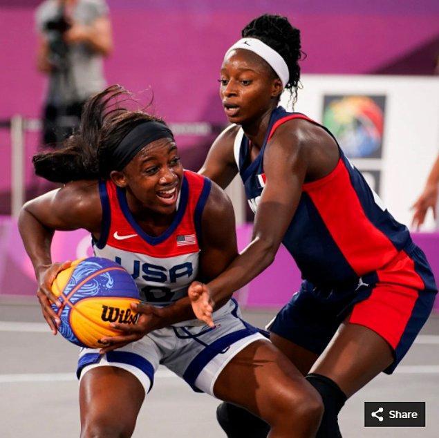 48. 27 Temmuz 2021'de ABD'li Jacquelyn Young, Japonya'daki Aomi Urban Sports Park'taki Tokyo 2020 Olimpiyatları sırasında Fransız Mamignan Toure ile 3x3 basket maçı yapıyor.