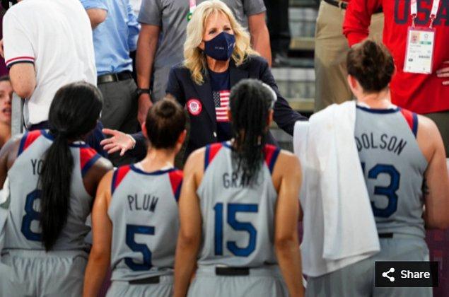 49. 27 Temmuz 2021'de Jill Biden, Aomi Urban Sports Park'ta Tokyo 2020 Olimpiyat Oyunları'nda Fransa ile 3x3 basketbol maçında karşılaşan ABD takımını selamlıyor.