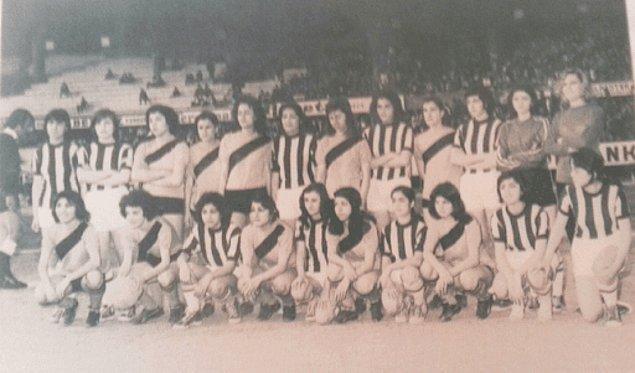 Kadın futbolunun kısmen ciddiyetle konuşulduğu ilk dönem 1960'lı yılların sonlarıdır. Dünya genelinde kadın futboluna merakın arttığı, ilk resmi uluslararası turnuvaların da organize edildiği bu dönemde, Türkiye'de de kadın futbol takımlarının kurulması gündeme gelmiş oldu.